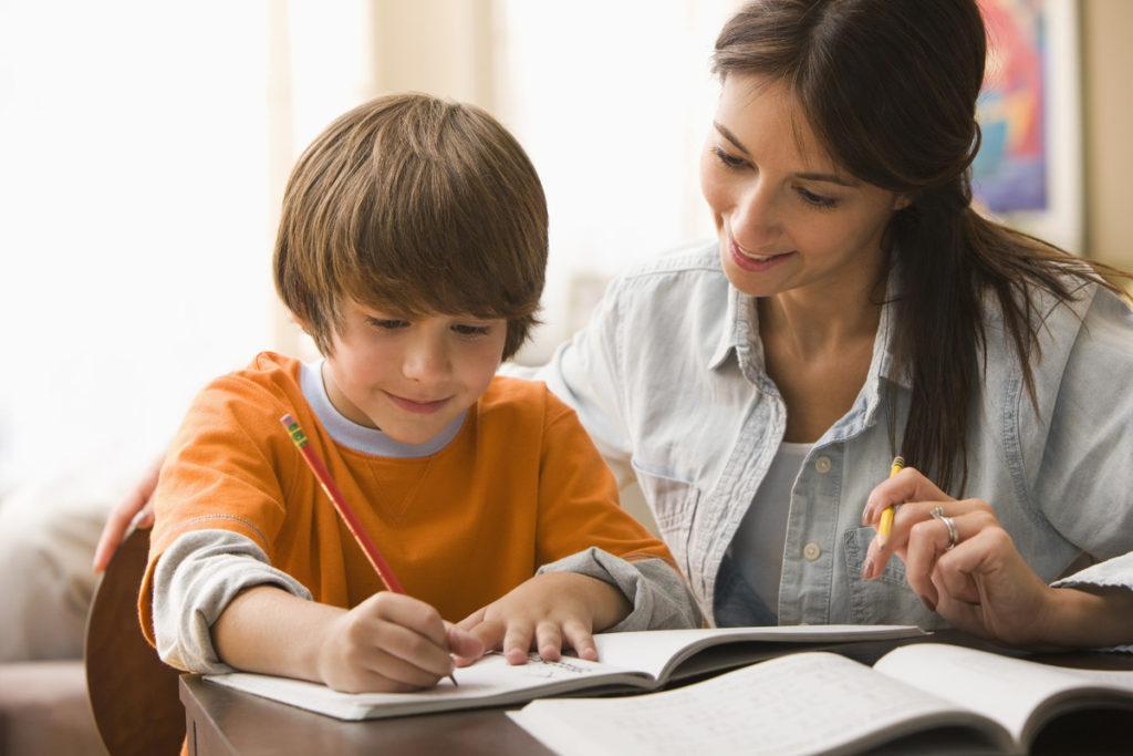 Стоит ли помогать ребенку делать уроки